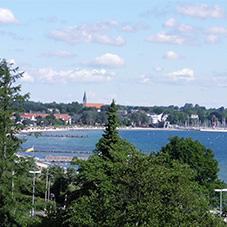 Blick auf die Stadt und den Strand
